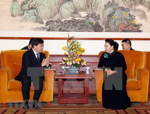 Dialoga maxima legisladora de Vietnam con ejecutivos de empresas lideres en tecnologia de China hinh anh 1