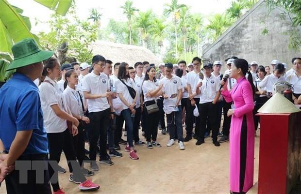 Jovenes expatriados vietnamitas rinden homenaje al presidente Ho Chi Minh en Nghe An hinh anh 1