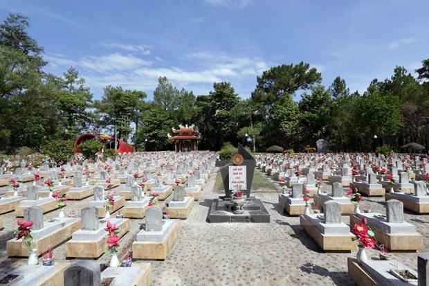 Rinden homenaje jovenes vietnamitas residentes en el exterior a martires de su patria hinh anh 1