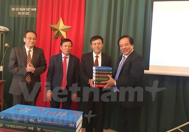 Presentan en Praga diccionario pedagogico checo-vietnamita hinh anh 1