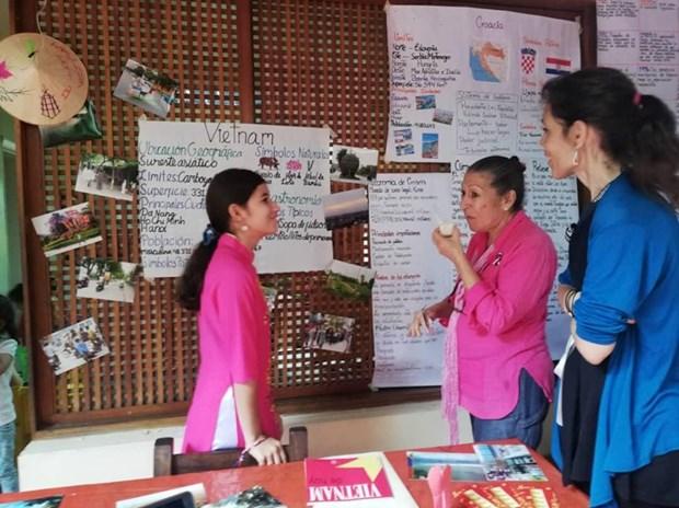 Honra nina venezolana a Vietnam en su trabajo de fin de curso de primaria hinh anh 3