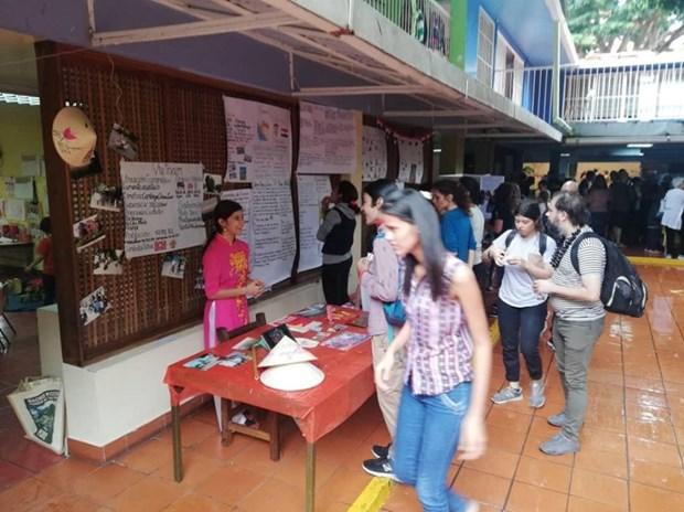 Honra nina venezolana a Vietnam en su trabajo de fin de curso de primaria hinh anh 2