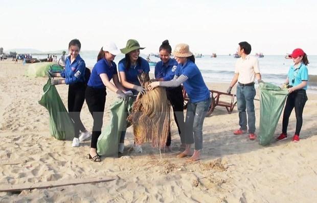 Jovenes vietnamitas residentes en Ultramar se unen a campana de limpieza de entorno hinh anh 1