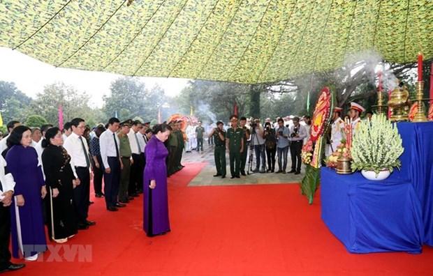 Asiste maxima legisladora vietnamita al entierro de excombatientes caidos en mision internacional hinh anh 1