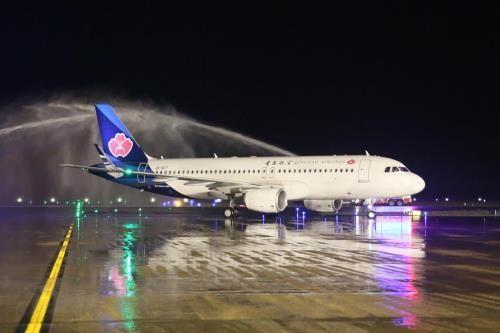 Abren nueva ruta aerea entre localidades vietnamita y china hinh anh 1