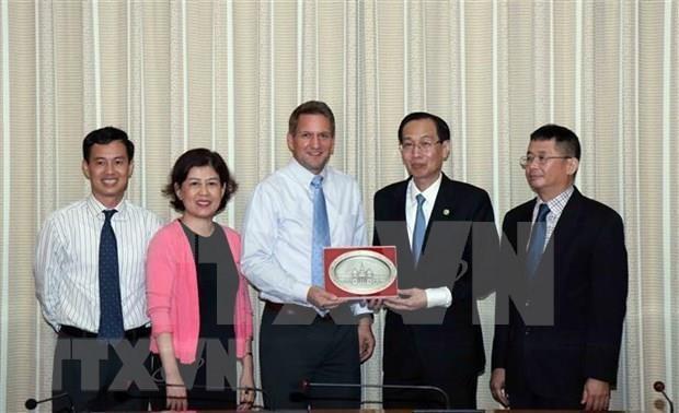 Refuerzan cooperacion entre Ciudad Ho Chi Minh e Intel hinh anh 1
