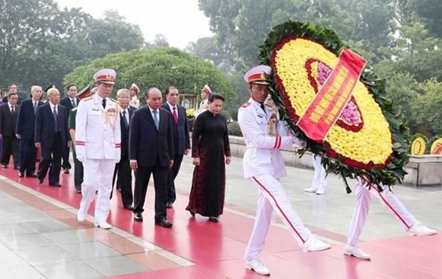 Rinden homenaje altos dirigentes vietnamitas a heroes y martires de la Patria hinh anh 1