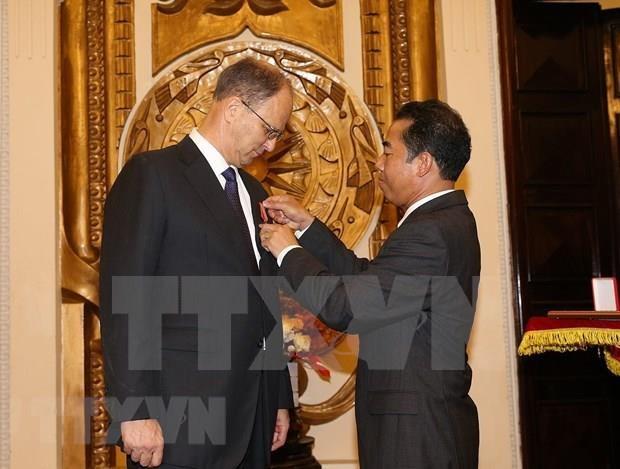 Otorga Vietnam Orden de Amistad al embajador de Alemania hinh anh 1