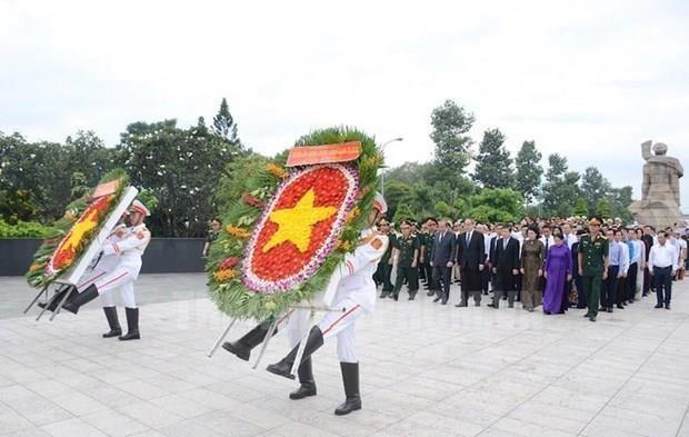 Dirigentes de Ciudad Ho Chi Minh rinden tributo a martires hinh anh 1
