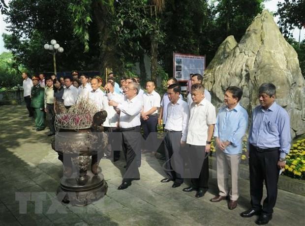 Dirigentes de Vietnam rinden homenaje a martires de guerra hinh anh 1