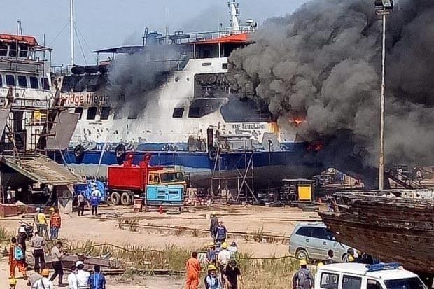 Un muerto y nueve heridos tras incendio en astillero de Indonesia hinh anh 1