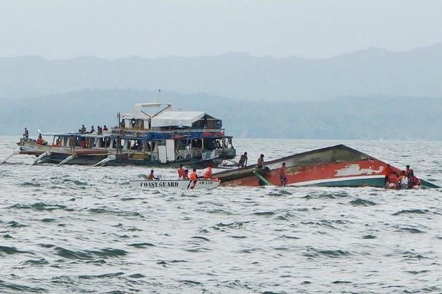 Al menos siete muertos en naufragio de embarcaciones en Filipinas hinh anh 1