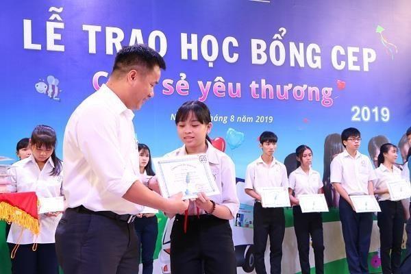 Ofrecen en Vietnam becas por mas de 300 mil dolares para estudiantes pobres hinh anh 1