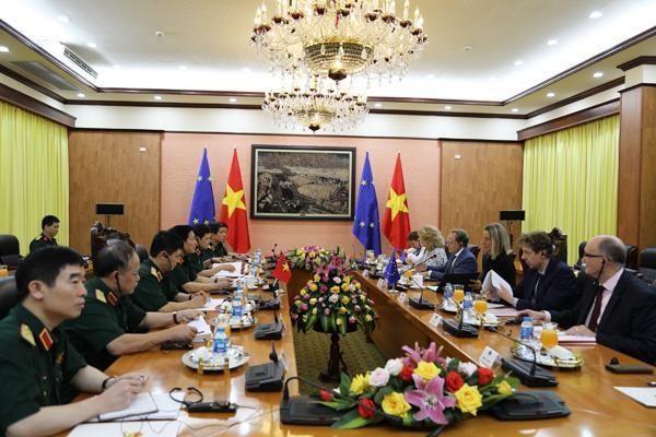 Comprometidos Vietnam y la UE a fortalecer nexos en defensa hinh anh 1