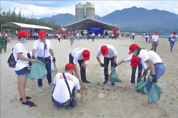 Participan mas de 800 voluntarios vietnamitas en programa medioambiental hinh anh 1