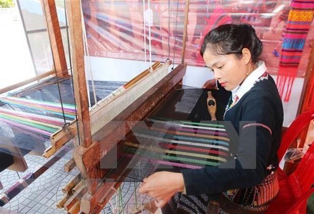 Promocionan productos de seda y brocado de Vietnam hinh anh 1