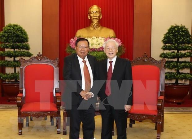 Se reunen en Hanoi maximos dirigentes politicos de Vietnam y Laos hinh anh 1