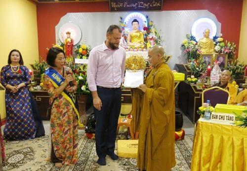 Festeja comunidad vietnamita en Republica Checa ceremonia budista de gratitud hinh anh 1