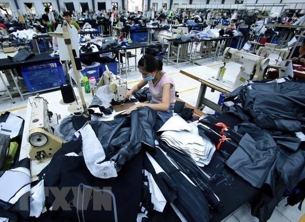 Valoran expertos influencia de guerra comercial China-EE.UU. en industrias textil y de calzado de Vietnam hinh anh 1