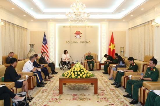 Subjefe del Estado Mayor General del Ejercito de Vietnam recibe a senadora estadounidense hinh anh 1
