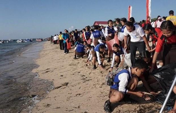 Miles de indonesios se unen a actividades de limpieza de playas hinh anh 1