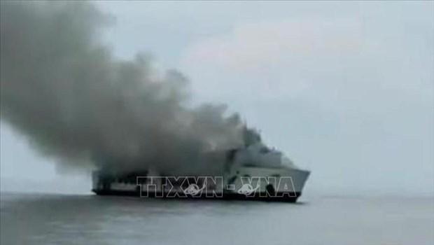 Cuatro muertos y mas de 30 desaparecidos tras incendio de ferry en Indonesia hinh anh 1
