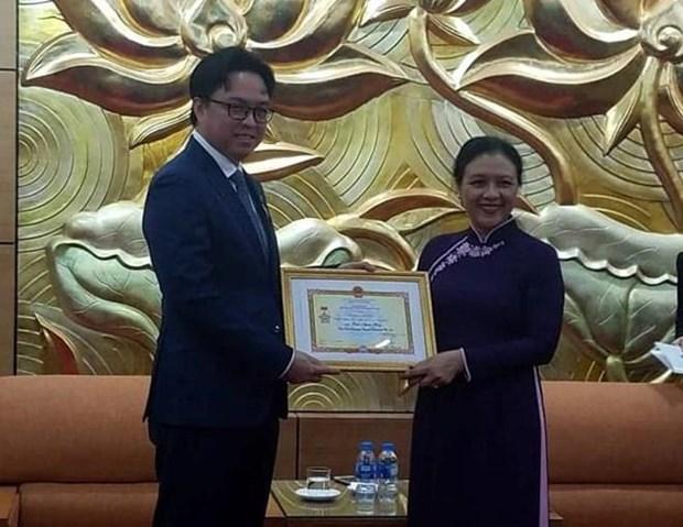 Honra Vietnam al embajador de Camboya con insignia de amistad hinh anh 1