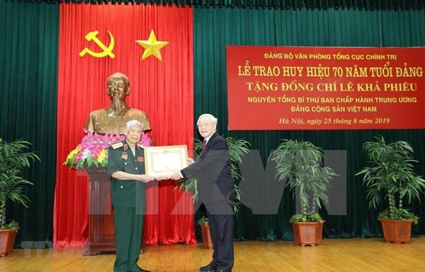Exdirigente partidista de Vietnam recibe insignia por 70 anos de militancia en Partido hinh anh 1