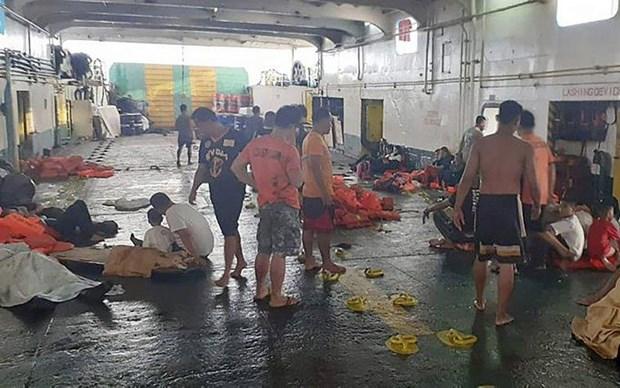 Al menos tres muertos y 69 desaparecidos tras incendiarse un ferry en Filipinas hinh anh 1