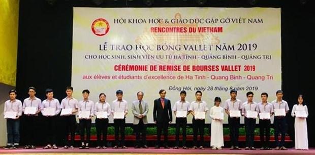 Profesor frances de origen vietnamita entrega becas a estudiantes sobresalientes hinh anh 1