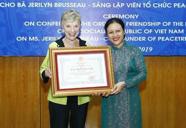 Entrega en Vietnam Orden de Amistad a activista estadounidense hinh anh 1