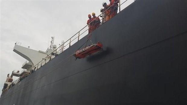 Rescatistas vietnamitas salvan a marino chino herido en mar hinh anh 1