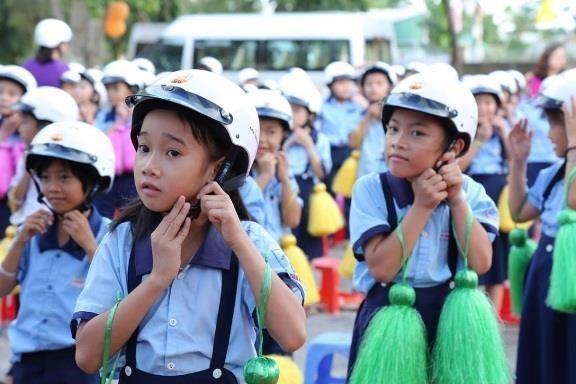 Entrega sucursal de Honda en Vietnam casi dos millones de cascos protectores a escolares hinh anh 1