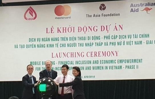 Banco vietnamita ofrecen servicio de banca movil a favor de personas de bajos ingresos hinh anh 1