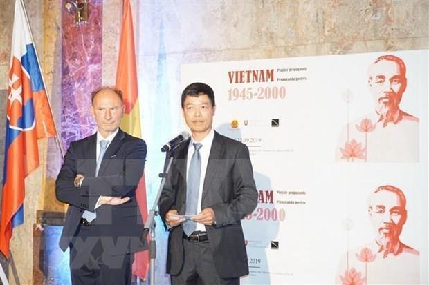 Presentan en Eslovaquia carteles de Vietnam en diferentes periodos historicos hinh anh 1