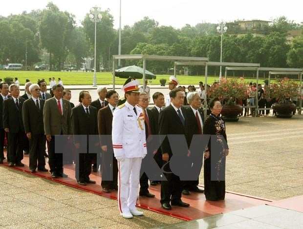 Delegacion de Frente de la Patria de Vietnam rinde tributo al Presidente Ho Chi Minh hinh anh 1