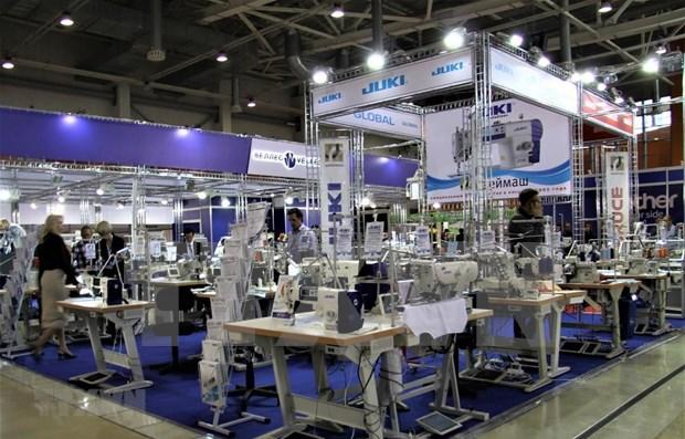 Presentan productos textiles vietnamitas durante feria en Rusia hinh anh 1