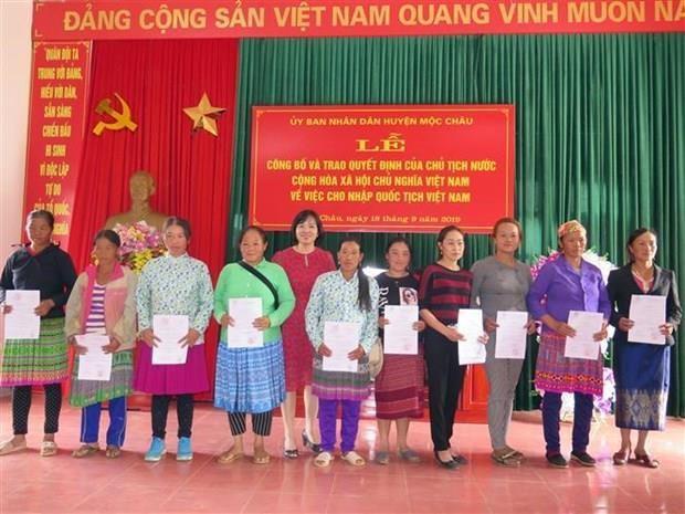 Otorgan ciudadania vietnamita a laosianos residentes en provincia limitrofe hinh anh 1