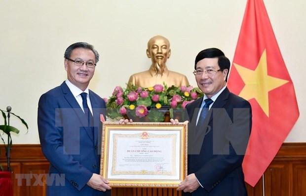 Conceden Orden del Trabajo al embajador laosiano en Vietnam hinh anh 1