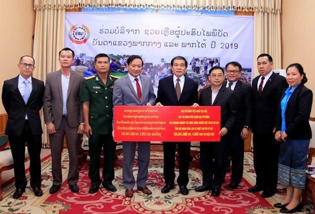 Apoyan vietnamitas residentes en Laos a afectados por desastres naturales hinh anh 1