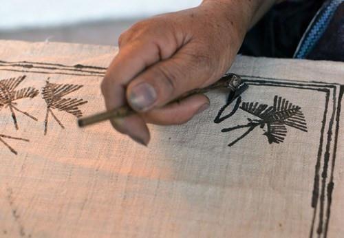 Conservan la fabricacion del instrumento para pintar telas de etnia Mong hinh anh 1