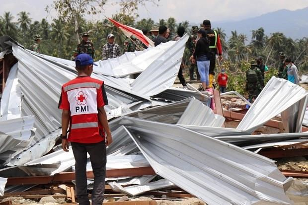 Miles de indonesios se mantienen en refugios temporales tras terremotos y tsunamis hinh anh 1