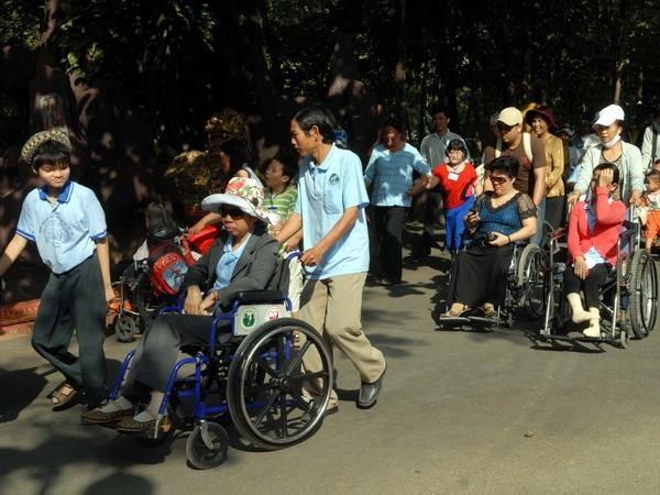 Ofrece organizacion estadounidense sillas de ruedas a discapacitados en provincia vietnamita hinh anh 1