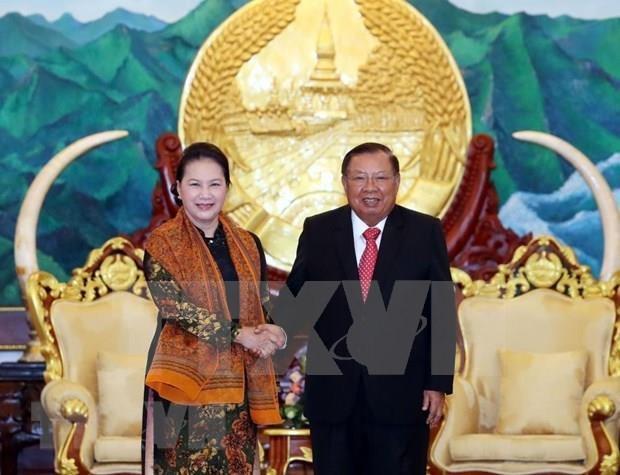 Secretario general del Partido y presidente de Laos recibe a titular del parlamento de Vietnam hinh anh 1