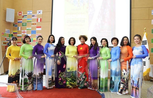 Impresiona desfile de Ao Dai de Vietnam al publico internacional hinh anh 1