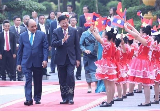 Concluye Primer Ministro de Laos visita oficial a Vietnam hinh anh 1