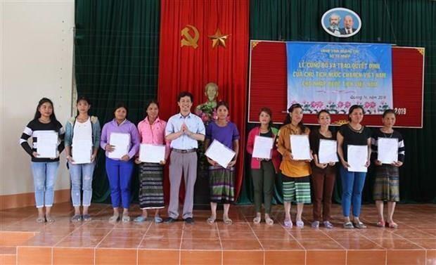 Otorgan ciudadania vietnamita a 350 laosianos hinh anh 1