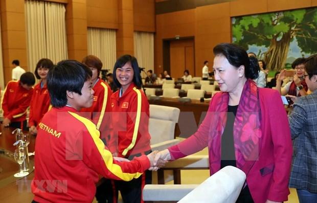 Honra presidenta del Parlamento de Vietnam a seleccion nacional de futbol femenino hinh anh 1