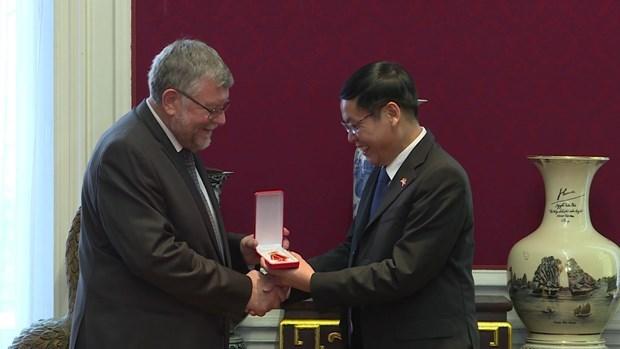 Otorgan Medalla de la Amistad a la Asociacion de Belgica-Vietnam hinh anh 1