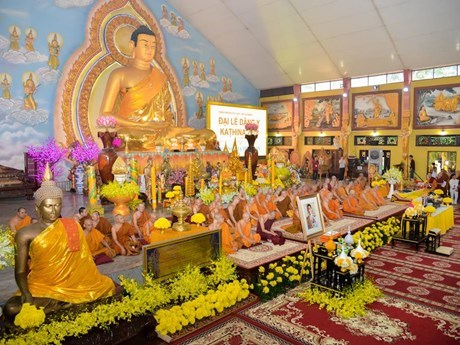 Efectuan en Hanoi ceremonia budista Kathina con donaciones del rey tailandes hinh anh 1